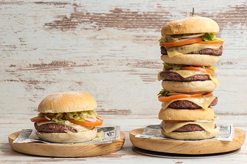 Nuestra mejor hamburguesa de buey, formato individual y gigante.